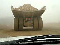 採石場などで働くKOMATSUの超デカいダンプトラックがスピンしたらこんな感じ。