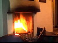これは酷いwリビングの暖炉にスプレー缶を入れて爆発させて友人を驚かせてみたw