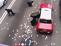 金だ!金だ!路上に2億3000万円分の現金がばらまかれる。群がる人たちを撮影した映像。
