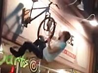 これはどう考えてもあほいw看板に刺さってる自転車に乗ろうとして大痛い事にw