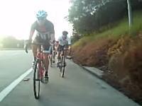 なんだ?何を踏んだ?高速走行中の自転車が落下物を踏んで大変な事になってしまうw