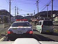こいつは馬鹿だw赤色灯をつけてるパトカーの真横を逆走して追いかけられてしまう軽自動車w