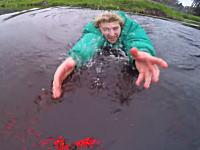 この必死さワロタw初フライトで池に落ちそうになったドローンを体を張って助けるw