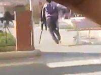 おいお前の松葉杖はいったい何なんだよwこれは謎い男の一瞬動画。