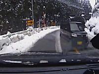 飛ばしすぎなんじゃないのw雪道のカーブで滑った軽四がドリフト状態で突っ込んでくるドラレコ