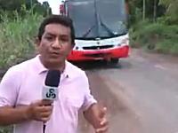 あぶねえwwwテレビレポーターが後ろから迫ってきたバスとギリギリで怖い動画