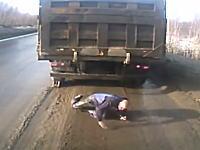 ガチで死にかけ。トラックが急に動き出して下に潜っていた男性が死にかける動画