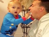 この赤ちゃんの表情wwwお父さんの手品に驚く赤ちゃんのリアクションが素敵すぎる動画w