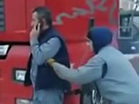 酷すぎワロタw電話中の男性のポケットにこっそり爆竹を入れてみるイタズラw