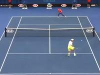 これは凄いテニス。1ポイント間に2連続スーパーショットを決めたモンフィス。