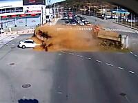 コリア怖い!交差点で土砂を満載したダンプとダンプが衝突してセダンが危ない動画
