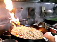 中華料理は体力勝負!60人分の料理を特大の中華鍋で一気に炒める料理人のお仕事。