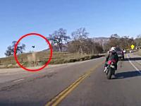 カーブを曲がり損ねたバイクの男性が斜面で跳ねて飛んで行ってしまう動画