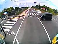 「止まれ」を無視して交差点に進入した軽四をぶっ飛ばしたトラックの車載ビデオ