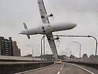 台湾で旅客機が墜落。その瞬間を捉えた凄いドライブレコーダー映像が投稿される