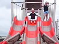 小さな子供が滑り台でちょっとワロタ10秒動画w人形かよw腹痛いw
