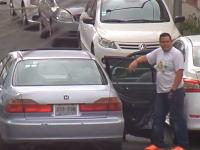 車のホイール窃盗団の手口。前後のドアを壁にしてドアの間に隠れて作業する。