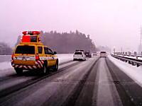 なんとか堪えようとするけど結局ドーンwww雪道の追い越しスリップ事故ドラレコ。