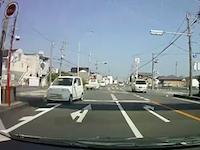 居眠りか発作か。静岡県で撮影された異常な動きをする軽自動車。後続車が正面衝突