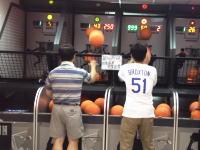 いい汗かいたwww中国のゲームセンターにもの凄いおっさんがいた動画。
