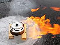 燃料いらずの燃える湖。氷を割って火を付けると勢いよく炎が上がる動画。
