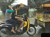 雨を避ける方法としてはリスクが高すぎるwノーヘル二人乗りスクーターが危険。
