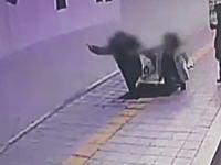 韓国で突然開いた穴に歩道を歩いていた男女が飲みこまれてしまう。深さ5メートル。
