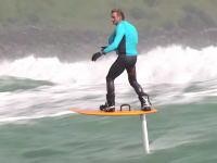 波に乗るというか波の上を高速で進むスポーツ。フォイルボードってのがあるらしい。