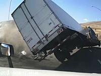 目の前でぶっ飛ぶトレーラー(((゚Д゚)))無理左折を強行したトレーラーに別のトレーラーが突っ込む事故