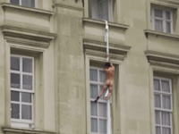 バッキンガム宮殿の窓からカーテンをロープ代わりに裸の男が逃走!?というビデオが人気になってる。