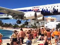 大型旅客機が観客の頭上スレスレを通過する。さすがにこれは近すぎる。