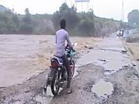 氾濫した川をバイクで渡ろうとした男性が・・・。これは亡くなってしまった予感。