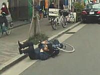自転車の危険な瞬間。カバンが前輪に絡まって一回転してしまうお兄さん