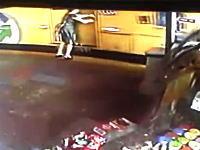 動き出したバスに無理やり乗ろうとした女性。後輪に踏まれて潰される