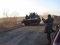 この交通事故は珍しいw対向車を避けた戦車が道路を飛び出してしまうビデオ。