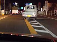 長野県で撮影された完全にキチガイな軽トラック。反対車線に出て蛇行運転を繰り返す。