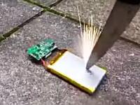 真似厳禁。スマフォから取り出したバッテリーにナイフを突き刺すと恐ろしい事が起きる。