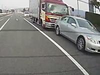 よそ見かな。トラックがレクサスに突っ込み玉突き事故に。ベンツはどこ停めてるん