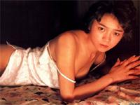 秋元ともみ 80年代アイドルが照れながら微乳を披露
