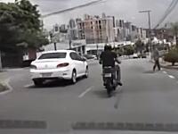 幅寄せの交通トラブルから車に蹴りを入れたバイクの兄ちゃんがw
