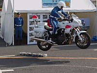 300キロはある重たいバイクを軽々とジャンプさせる白バイのスーパーテクニック。