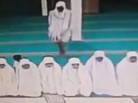 ひでえwお祈り中の女性たちを狙った狙った置き引きの犯行現場w