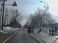 アブアブアビャビャ危ない!撮影者も焦っちゃほど危なかった。横断歩道の中学生がトラックに轢き殺されかける。