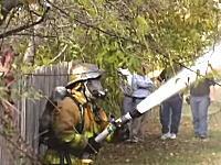 ちょっとこの消防士さん。とても効率が悪そうな事をしている消防士さんの映像が人気に。