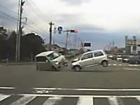 交差点で起きた危険な事故ドラレコ。右折の軽四と直進の軽四が正面衝突。