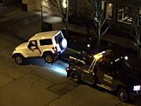 ジープvsレッカー車。後輪を持ち上げられた状態から無理やり逃げるジープの映像。