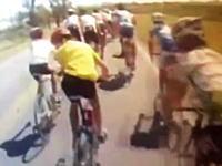 ロードレーサーの集団にピックアップトラックが突っ込む事故の車載映像。ヘルメットカム。