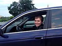 ロシア流の故障車の運び方。その驚きの方法とはwwwこれは牽引と言わないよなあ。