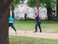 逃げる黒人に白人警官が連続して銃を発砲し射殺。その映像がアップされ問題になる。