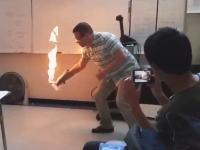 教室を火の海に??これはなかなか派手な化学の実験ビデオ。ちょっと熱い。